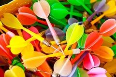 关闭五颜六色的塑料箭 免版税库存图片