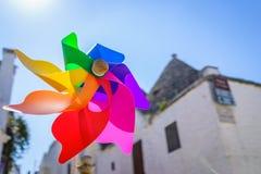 关闭五颜六色的彩虹轮转焰火在太阳亮光夏日 库存照片
