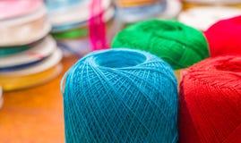 关闭五颜六色的毛纱球在被弄脏的背景中 免版税库存照片