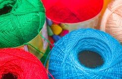 关闭五颜六色的毛纱球在被弄脏的背景中 库存图片