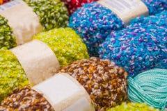 关闭五颜六色的毛纱球,羊毛戏弄使用,在被弄脏的背景中 库存照片