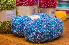 关闭五颜六色的毛纱球,羊毛戏弄使用,在被弄脏的背景中 图库摄影