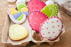 关闭五颜六色的酯类蛋曲奇饼品种与冰12月的 免版税库存图片