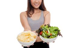 关闭亚洲健康女孩沙拉和土豆片 库存照片