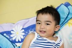 关闭亚裔男孩,微笑的行动画象  库存图片