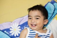 关闭亚裔男孩,微笑的行动画象  免版税库存照片