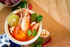 关闭亚洲辣汤用在碗,著名泰国foo的虾 免版税库存图片
