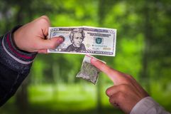 关闭交易,有金钱买的药量的上瘾者从有药物的经销商,在的人上瘾者和经销商被弄脏 免版税库存图片
