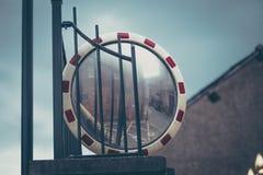 关闭交通凸镜在停车场入口斯托克波特英国附近 库存照片