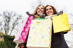 关闭享受购物的美丽的妇女 免版税库存图片