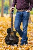关闭人人在声学吉他艺术家音乐家的` s手 免版税库存照片