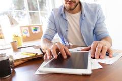 关闭人触板的手,在屏幕上的多任务在办公室 免版税库存照片