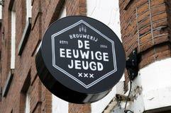 关闭从Beer Company De Eeuwige Jeugd的一个广告牌在阿姆斯特丹荷兰2018年 免版税图库摄影