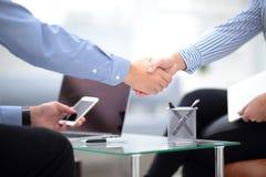 关闭企业合作握手概念看法  两个商人握手过程照片  成功的交易 免版税库存图片