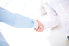 关闭企业合作握手概念看法  两个商人握手过程照片  成功的交易 免版税库存照片