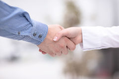 关闭企业合作握手概念看法  两个商人握手过程照片  成功的交易 库存照片