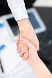 关闭企业合作握手概念看法  两个商人握手过程照片  成功的交易 免版税图库摄影