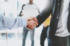 关闭企业合作握手看法  概念两工友握手过程 在伟大以后的成功的成交 库存图片