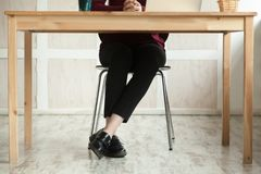 关闭企业夫人的腿在书桌期望会议的 库存图片