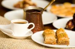 关闭传统土耳其食物果仁蜜酥饼一顿可口早餐用开心果和一个白色杯子coffe 免版税库存图片