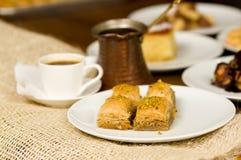 关闭传统土耳其食物果仁蜜酥饼一顿可口早餐用开心果和一个白色杯子coffe 库存图片