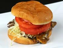 关闭传统巨型的浓经典美国汉堡用肉牛排、乳酪、烟肉和菜在白色backgro 库存照片