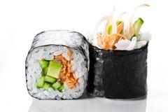 关闭传统新日本寿司卷射击在白色背景的 素食寿司卷 免版税库存照片