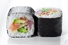 关闭传统新日本寿司卷射击在白色背景的 图库摄影