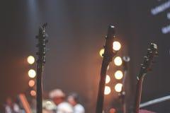 关闭低音吉他和吉他脖子 免版税图库摄影