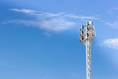 关闭体育场光,在天空背景 免版税库存照片