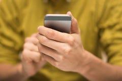 关闭使用一个流动智能手机的一个人 免版税库存照片