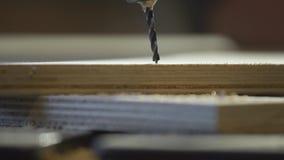 关闭使用一个电手钻的木工作者通过托架操练孔 股票录像