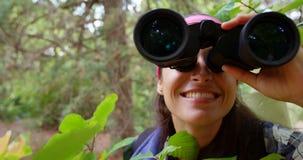 关闭使用双筒望远镜的远足者 股票录像