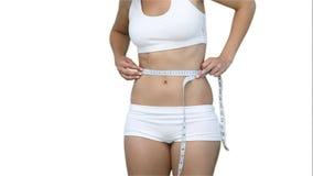 关闭使用在她的腰部的妇女测量的磁带 股票视频