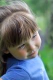 关闭使用在晴朗的开花的森林选择聚焦的一个小女孩的portret 免版税库存照片
