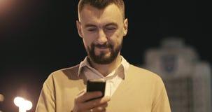 关闭使用智能手机的画象成熟行家人户外在城市 影视素材