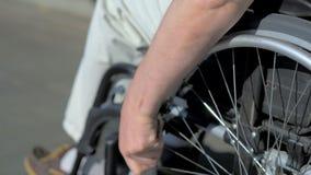 关闭使用轮椅的残疾人 股票视频