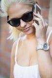 关闭俏丽的女孩谈话在电话 免版税库存图片