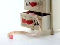 关闭保留的裁缝设备一个微小的白色抽屉 免版税图库摄影