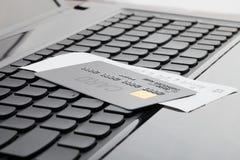 关闭信用卡的射击和在键盘的一张收据作为网上购物的标志 库存照片
