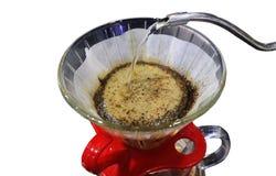 关闭倾吐在白色背景或手工滴水咖啡隔绝的咖啡或手滴水 免版税图库摄影