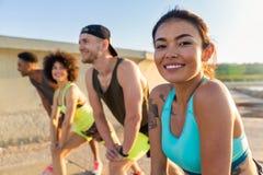 关闭做体育的一名微笑的运动的妇女 免版税库存照片