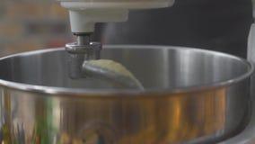 关闭做在厨房搅拌器的面团 厨房捏制机机器混合的面团在面包店 准备成份为 股票录像