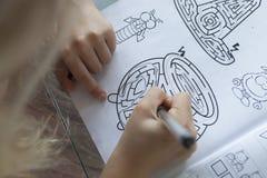 关闭做家庭作业的女孩 免版税库存图片
