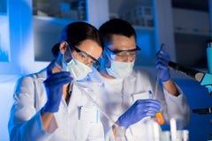 关闭做测试的科学家在实验室 免版税库存照片
