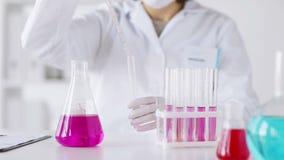 关闭做研究的科学家对实验室 股票录像