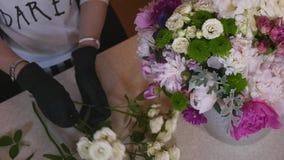 关闭做花束的卖花人花 Peone和玫瑰 库存图片