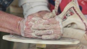 关闭做黏土船的陶瓷工的手 股票录像