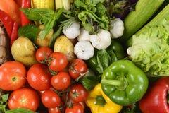 关闭健康的新鲜的未加工的蔬菜 干净吃节食和健康有机食品概念 免版税库存照片