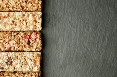 关闭健身食物用不同的种类的力量酒吧混杂的坚果 没有害处的素食甜点图的 背景 免版税库存图片